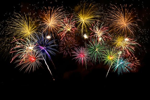 Celebração de fogos de artifício coloridos no céu da meia-noite.