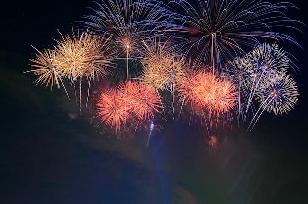 Celebração de fogos de artifício e o fundo do céu à noite