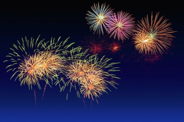 Celebração de fogos de artifício e o fundo do céu crepuscular.