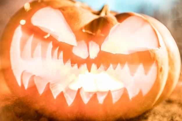 Celebração de halloween com abóbora esculpida