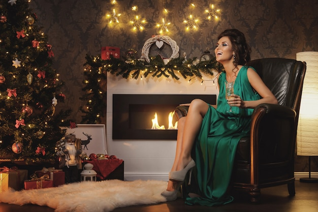 Celebração de natal ou ano novo. mulher feliz com uma taça de champanhe.