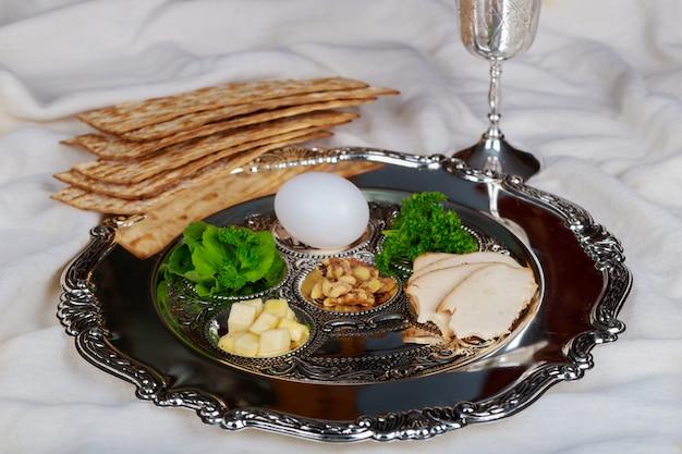 Celebração de pesah feriado da páscoa. texto da placa pesah tradicional em hebraico: páscoa, ovo,