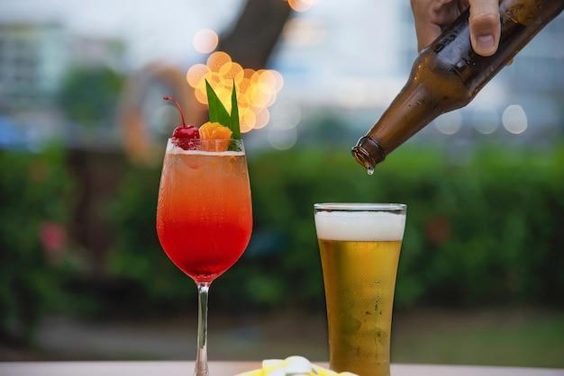 Celebração de pessoas no restaurante com cerveja e mai tai ou mai tailandês