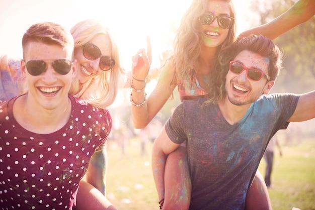 Celebração de verão com amigos