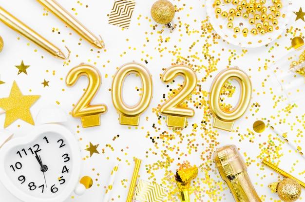 Celebração do ano novo 2020 e glitter dourado com acessórios