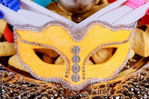 Celebração do carnaval judaico de purim no noisemaker e máscara com vista superior de cima.