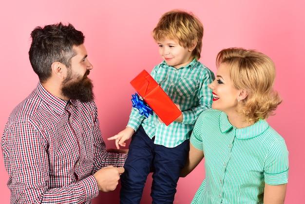 Celebração do dia das mães. menino bonitinho com pai parabenizando a mãe. família feliz. marido e filho dando uma caixa de presente para a esposa. conceito de aniversário.