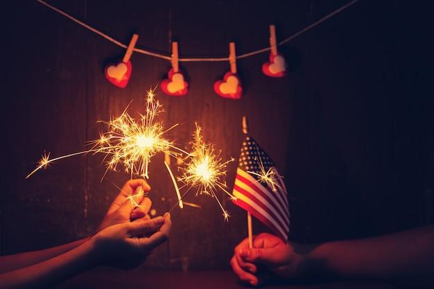 Celebração do dia do presidente queimando sparklers.