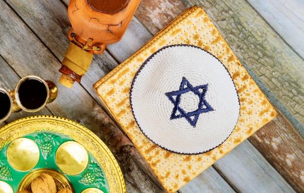 Celebração do feriado de pesah, pão sem fermento matza e vinho kosher de quatro xícaras