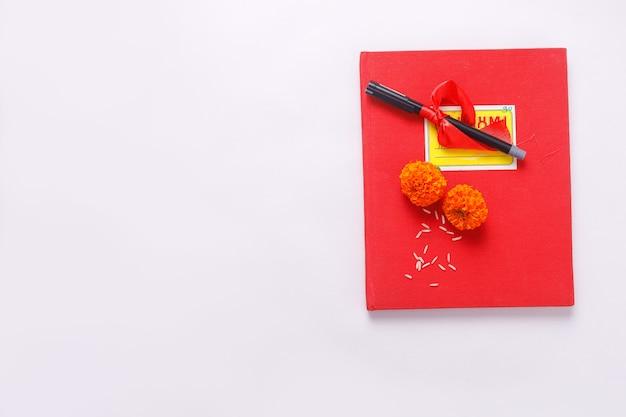 Celebração do festival diwali indiano, caderno de contabilidade vermelho e flores
