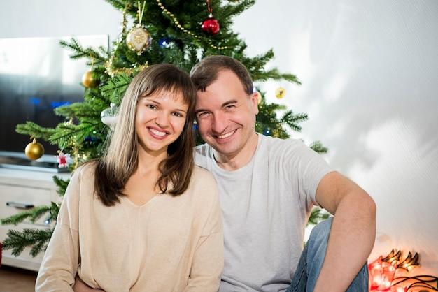 Celebração do natal. família na sala com árvore de natal.