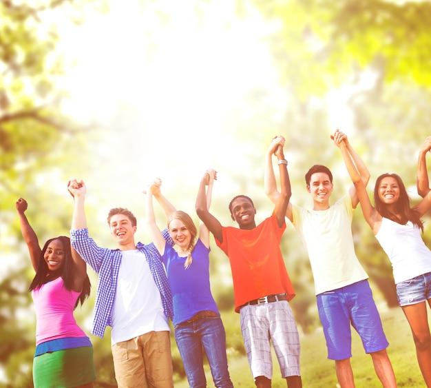Celebração dos amigos do grupo que ganha o conceito do divertimento da vitória