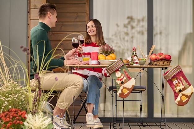 Celebração. duas pessoas sentadas à mesa comemorando
