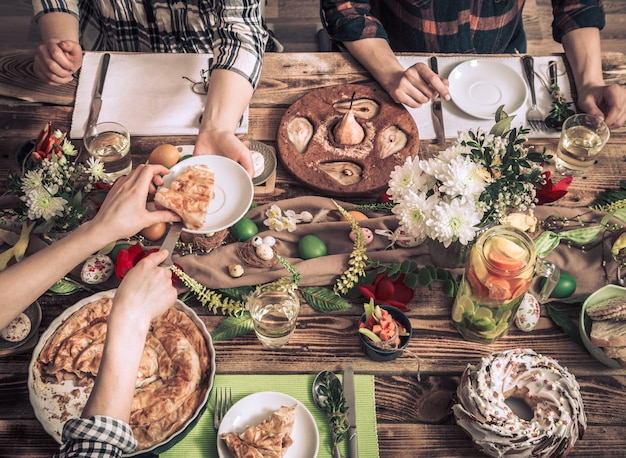 Celebração em casa de amigos ou familiares na mesa festiva