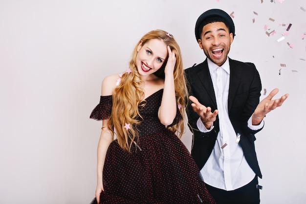 Celebração engraçada do retrato de alegre casal apaixonado em roupas de noite de luxo, se divertindo juntos. festa, felicidade, sorrindo, expressando verdadeiras emoções positivas.