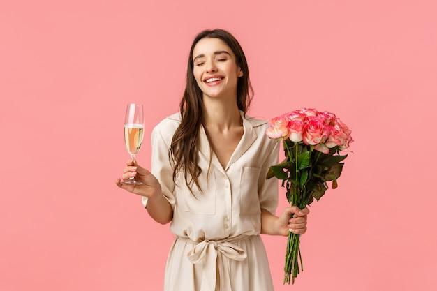 Celebração, festa e conceito de beleza. romântica mulher jovem e bonita no vestido