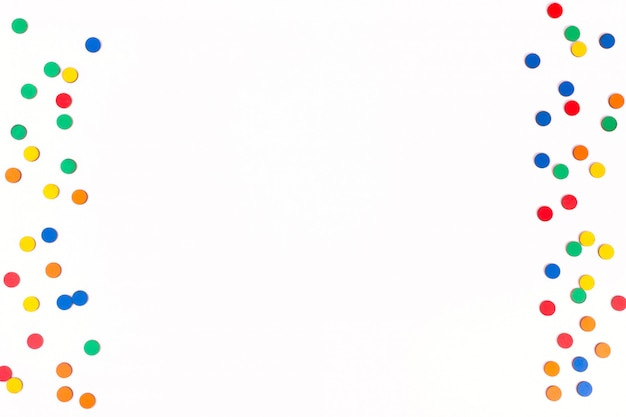 Celebração, ideias dos conceitos dos fundos do partido com as microplaquetas contáveis de madeira coloridas. design de padrão de pontos com confete. flat lay design template. copie o espaço.