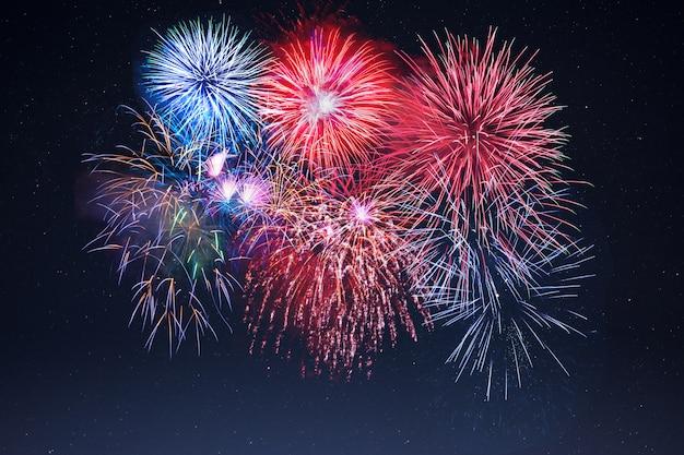 Celebração incrível fogos de artifício cintilantes sobre o céu estrelado