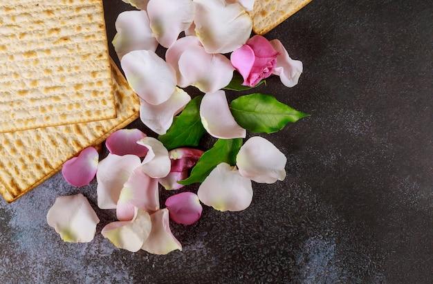 Celebração judaica do feriado de páscoa matzoh com matzoh