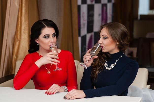 Celebração. lindas garotas estão bebendo champanhe.