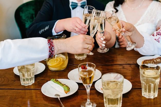 Celebração. mãos segurando as taças de champanhe e vinho, fazendo um brinde.