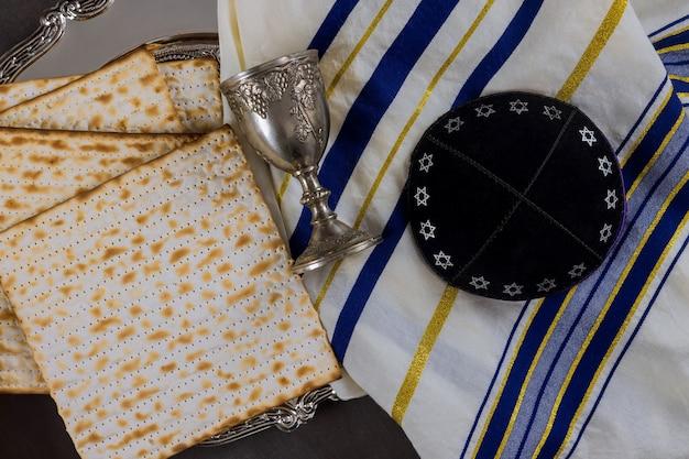 Celebração tradicional do feriado da páscoa com taça de vinho kosher matzá pão ázimo