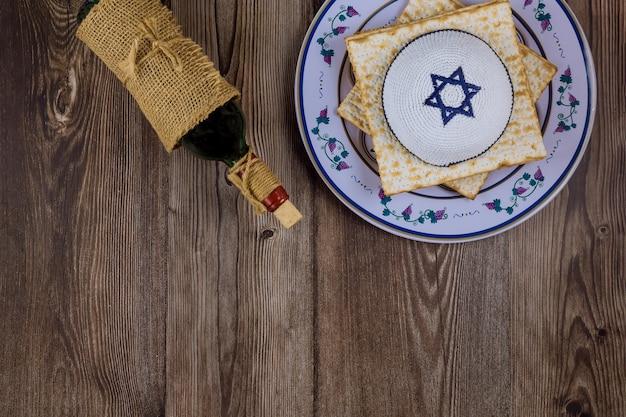Celebração tradicional do feriado da páscoa com vinho kosher matzah pão ázimo