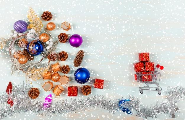 Celebramos o natal e o ano novo árvore de natal brinquedos de natal presentes de natal em uma vista superior do carrinho de compras