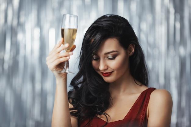 Celebrando a mulher de vestido vermelho