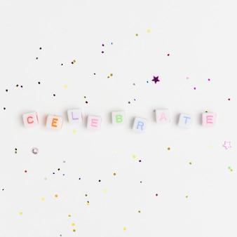 Celebrar miçangas com letras de palavras, tipografia