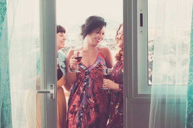 Celebrar o grupo de três mulheres caucasianos lindos amigos mulheres em casa e na atividade de lazer agradável. amizade com sorrisos e curtindo o tempo juntos em grupo