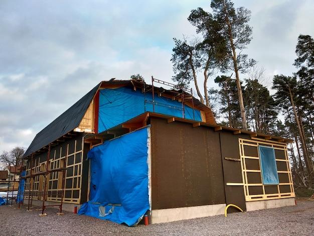 Celeiro de madeira da casa em obras de renovação.
