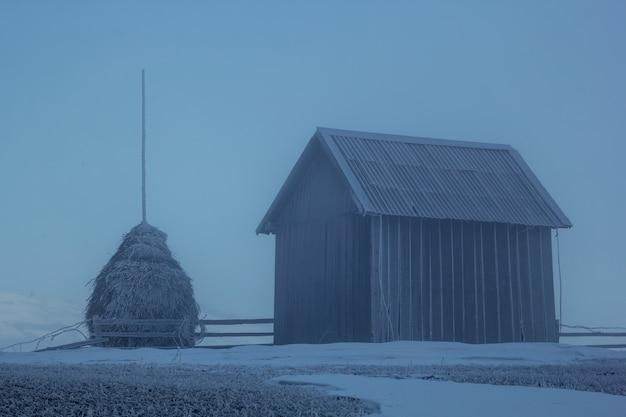 Celeiro rural para o feno no inverno.