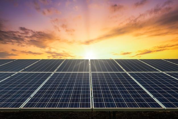 Célula de painel solar com céu ao pôr do sol