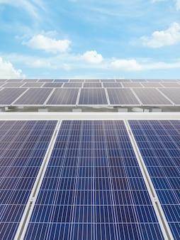 Célula solar no céu agradável no terraço e iluminação do sol refletem. energia alternativa e energia sustentável