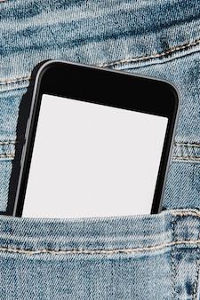 Celular com tela de maquete em branco no bolso da calça jeans azul