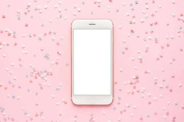 Celular e cobertura de massa doce em rosa