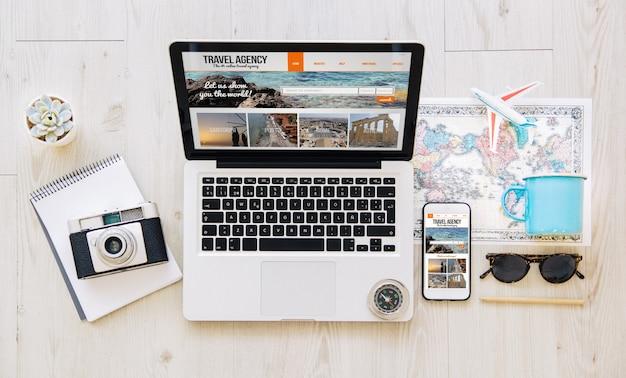 Celular e laptop com site responsivo de agência de viagens