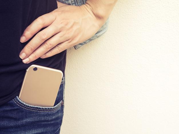 Celular no bolso da calça jeans