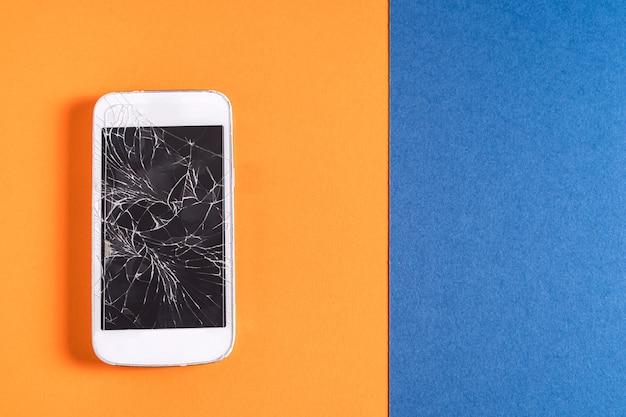 Celular quebrado com tela rachada