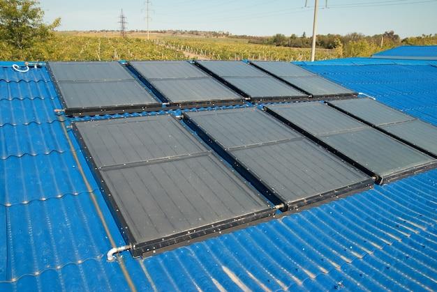 Células de aquecimento solar de água solar no telhado da casa