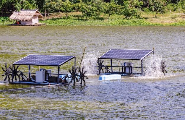 Células solares em um pequeno resort localizado no meio das montanhas, está funcionando e útil.