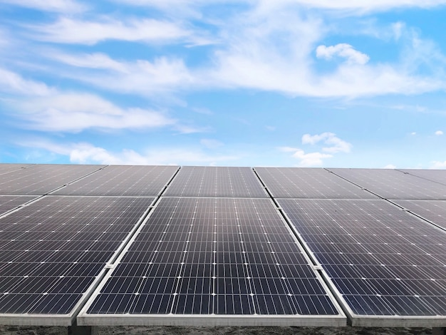 Células solares, energia futura, painel solar contra o céu azul, energia do poder