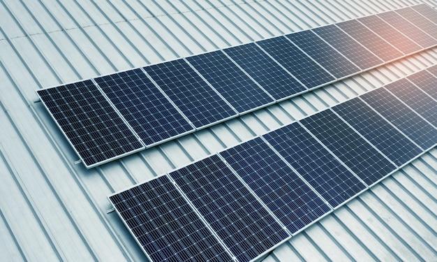 Células solares no telhado com luz laranja, economizam energia