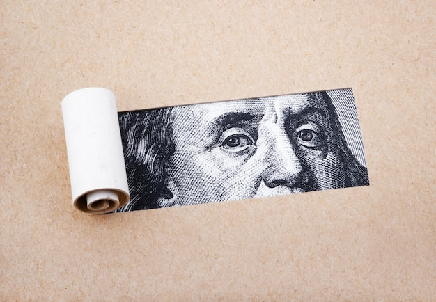 Cem dolares com papera rasgada