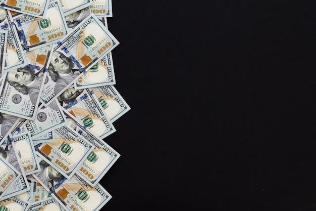 Cem dólares, novo 100 dólar americano, fundo preto.