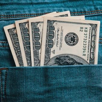 Cem notas americanas em dinheiro no bolso de trás da calça jeans