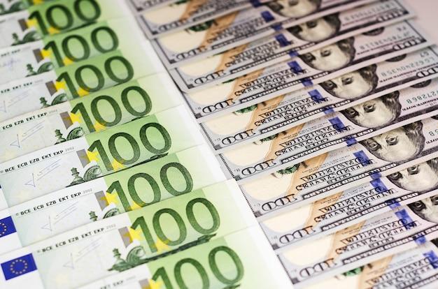 Cem notas de dólar e notas de cem euros lindamente expostas