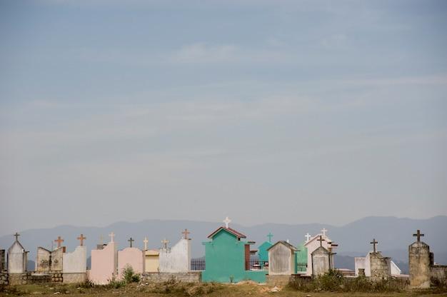 Cemitério colorido nas colinas de dalat, vietnã