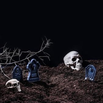 Cemitério de halloween com lápides e caveiras